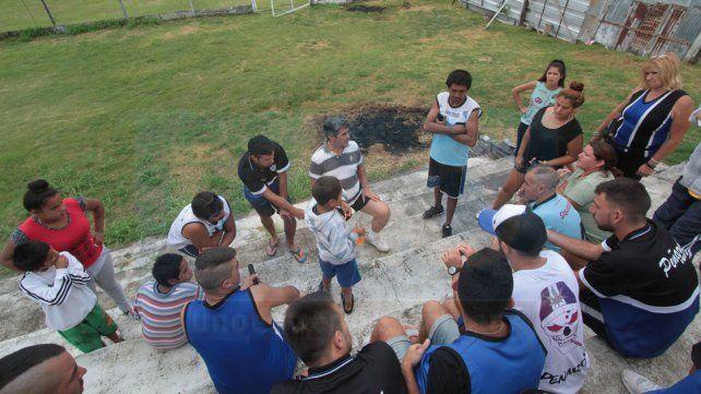 Jugadores e hinchas de Peñarol reunidos en busca de una respuesta
