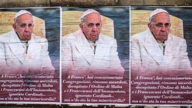 Roma amaneció empapelada con afiches anti-Francisco