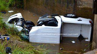 Una camioneta cayó al vacío y un joven sufrió fracturas en ambas piernas