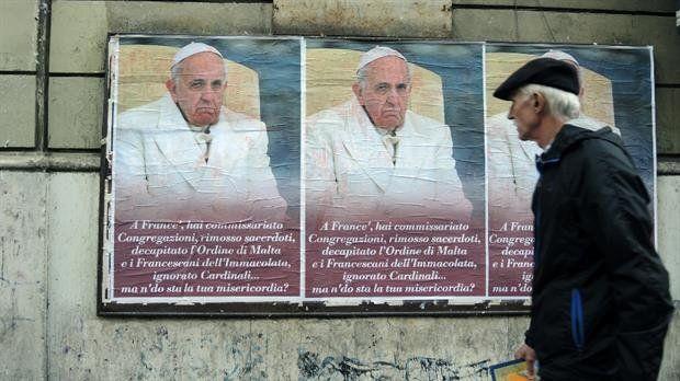 Tras la aparición de afiches en su contra, el Papa pide alejar la envidia y la difamación