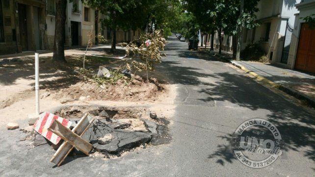 Dos obras sin tapar ocupan mitad de la calle