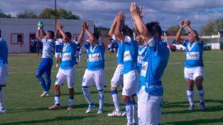 Los jugadores de Sportivo saludan a su público que los acompañó.