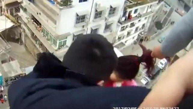 Un hombre agarró a su mujer del pelo y la salvó de caer al vacío desde una terraza