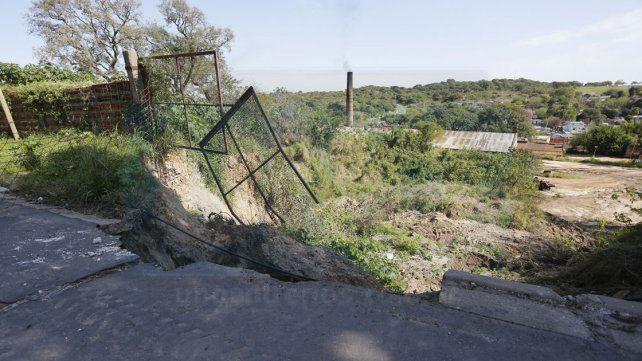 Sobre el predio. El pozo es tan grande y profundo que se comió una parte del asfaltado de la calle.