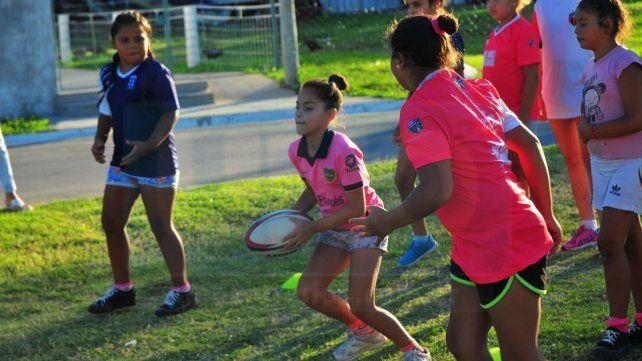 Con la guinda. Las chicas del barrio entrenaron ayer a pleno sol en Giachino soñando con viajar al torneo de Carlos Paz.