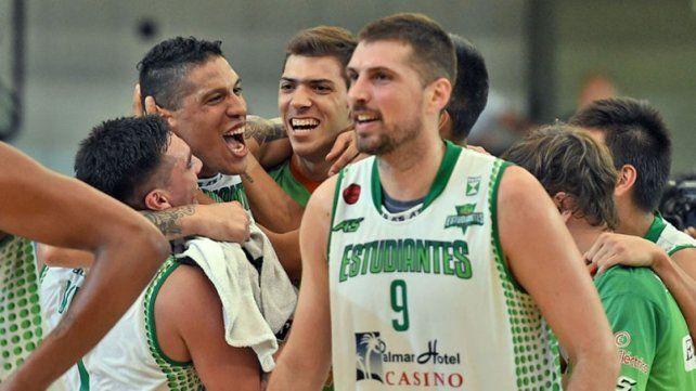 Los jugadores del equipo concordiense celebran el gran triunfo obtenido en el Héctor Etchart.