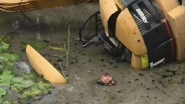 Estuvo dos horas enterrado en el barro y una postura de yoga le salvó la vida