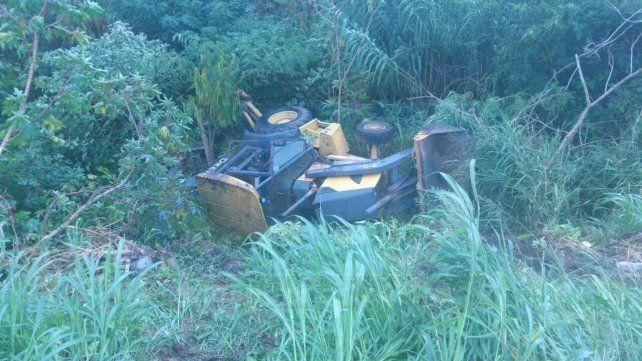 Una máquina vial cayó al vacío y el conductor se salvó de milagro