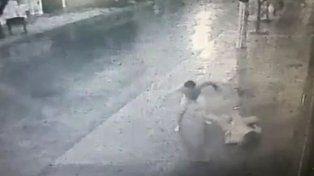 Desnudo, golpeó brutalmente a una mujer y quedó todo filmado