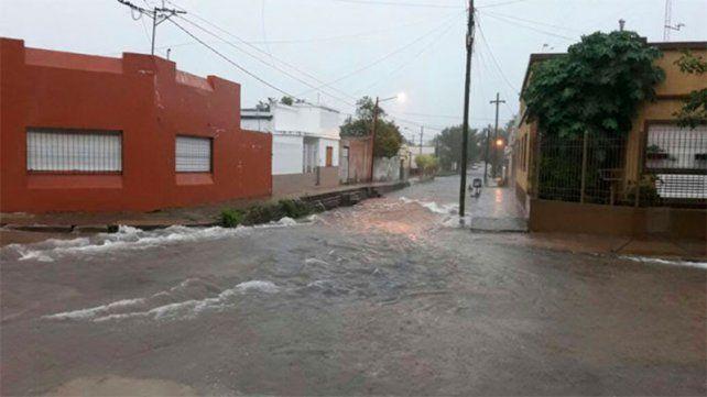 La lluvia arrasa en Concepción del Uruguay: vuelcos, destrozos y familias anegadas