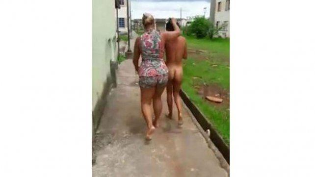 Rapó a la amante de su esposo y la paseó desnuda por la calle