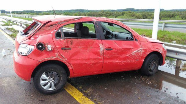 Una mujer resultó herida tras volcar el auto que conducía