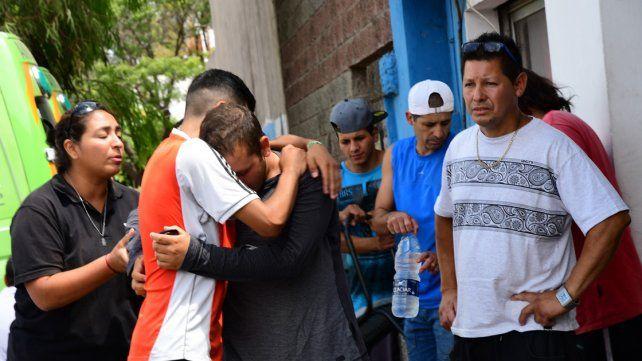 Familiares y amigos de las jóvenes acribilladas en Florencio Varela aguardan fuera de la comisaría 3ra los resultados de la investigaciones que realiza la Policía de la Provincia en torno al caso.