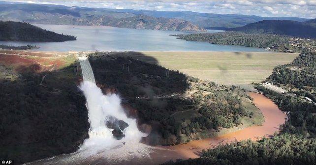 Casi 200.000 evacuados por daños en una presa en California