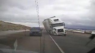 Vientos de 130 km/h hicieron volcar a un camión encima de un patrullero