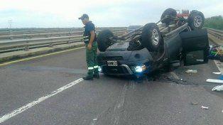 Se produjo violento vuelco sobre un puente, en ruta nacional 12