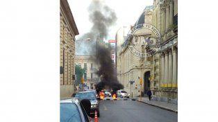 Cortaron la calle frente a la comuna de Paraná