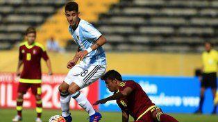 El volante de la Sub 20 y Central eludiendo a un rival venezolano en el último juego del Sudamericano.