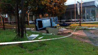 Conductor perdió el control de su auto y destruyó una garita policial