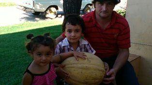 Un productor entrerriano cosechó un melón gigante de 11 kilos