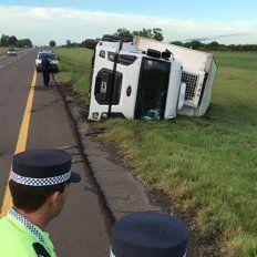 Un camión cargado con golosinas volcó en la Autovía 14