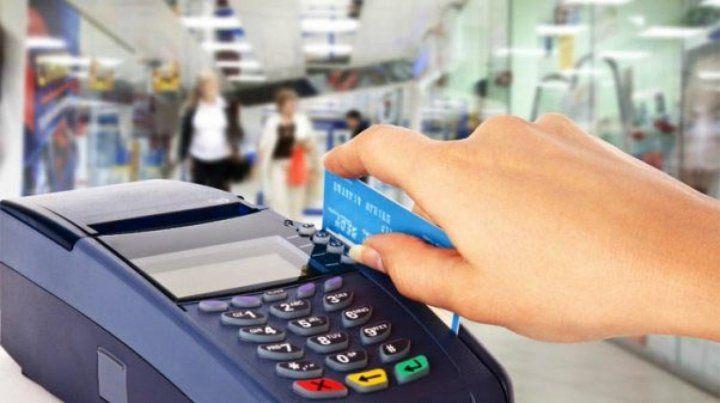 AFIP obligará a los comercios y prestadores de servicios a aceptar pagos con tarjetas de débito