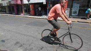 Un ciclista en calle Perú de Paraná. Foto UNOJuan Ignacio Pereira.