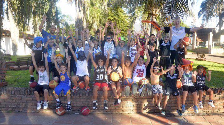 Los Mini y Premini de Estudiantes anticiparon el Carnaval en el Playón del Club para UNO. Se esperan cuatro jornadas a pura diversión.
