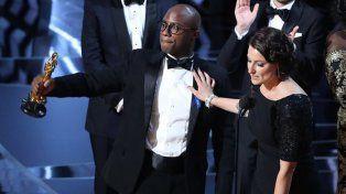 El director Barry Jenkins y la productora Adele Romanski celebran la victoria de Moonlight