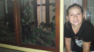 Descubrimiento. Una niña posa junto al escaparate de los monos.
