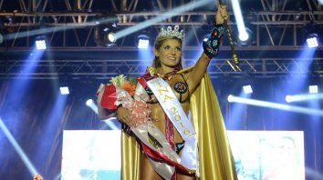 la nueva reina del carnaval del pais es una abogada de 34 anos