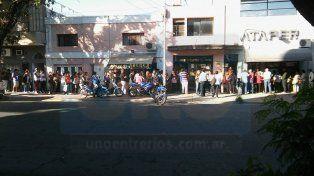Largas colas de usuarios a la espera de turnos para solicitar el boleto estudiantil gratuito