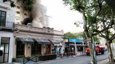 Hasta pasadas las 7 de la mañana, los bomberos trataban de apagar el fuego y evitar que avanzara en el resto de las instalaciones del negocio.