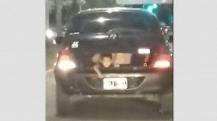 Llevaban al nene en el baúl del auto