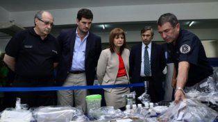 La ministra Bullrich observa el trabajo de los especialistas en el uso de químicos para drogas ilegales.