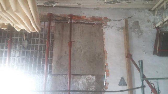 Se derrumbó la pared de un edificio en construcción sobre una vivienda