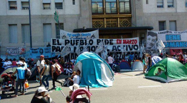 Acampan en la avenida 9 de Julio para reclamar trabajo y salario digno