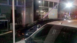 Dos autos colisionaron y chocaron contra una casa en Concepción del Uruguay