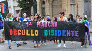 Keili en el medio de la bandera marchando por las calles de Paraná.