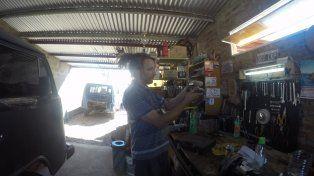 Leo trabajando en el taller. Foto UNO Juan Manuel Kunzi.