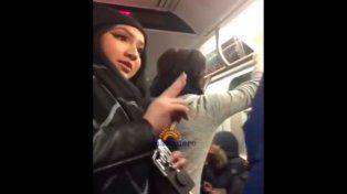 Una pareja que recibía insultos racistas en Nueva York y una mujer le dio una lección