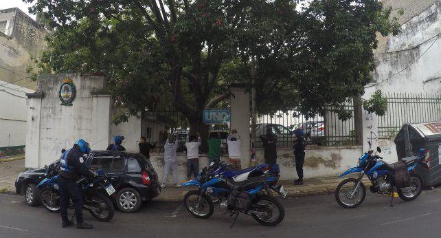 Los sospechosos contra las rejas en calle Urquiza. Foto UNO Juan Manuel Kunzi.