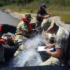 Los uniformados trabajando en las embarcaciones. Foto PER.