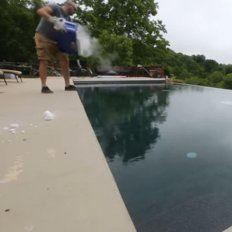Video viral: esto pasa al tirar hielo seco a una pileta