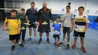 Los pequeños junto a sus profesores y las raquetas.