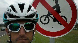 Diego junto al cartel en la ruta que entrena.