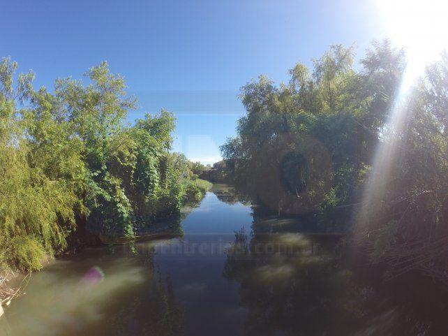 El contaminado arroyo Las Viejas termina en el río Paraná.