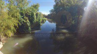 La contaminación a la playa del Thompson llega por el arroyo Las Viejas. Foto UNO.