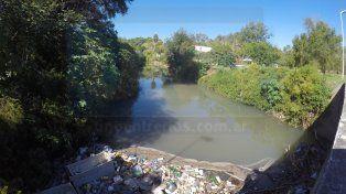 La basura desde el puente clausurado. Foto UNO