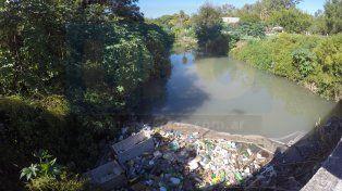 El arroyo Las Viejas está contaminado con líquidos cloacales. Foto UNO.
